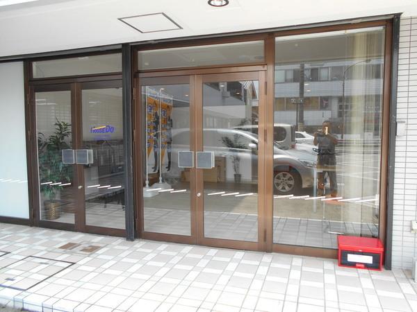 ガラスドア カッテイング貼り施工の画像01