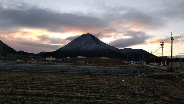 早朝の三上山