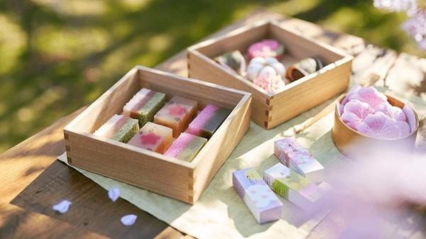 ピンクのお菓子を見るとワクワクする春