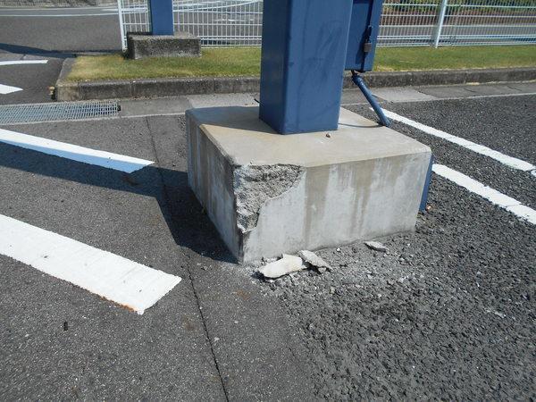 看板支柱根巻きコンクリート修繕工事の画像01